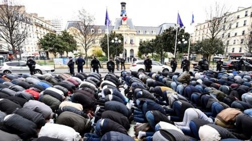 musulmans-prient-devant-lHotel-ville-Clichy-24-2017protester-contre-fermeture-salle-servait-jusqualors-mosquee_0_1399_931-845x475.jpg