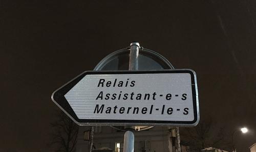 800px-Panneau_Relais_Assistant_Maternel_Écriture_inclusive_rue_Dalayrac_Fontenay_Bois_1-800x475.jpg