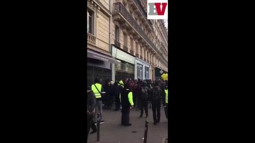 des-antifas-casseurs-vandalisent-la-nouvelle-librairie-et-jettent-des-livres-I00af7vmmBc-845x475.jpg