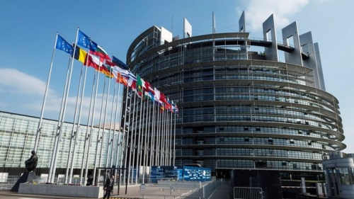 les-drapeaux-des-etats-membres-de-l-ue-flottant-devant-le-parlement-europeen-a-strasbourg-le-3-avril-2017_5857289.jpg