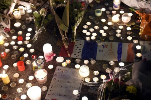 aux-abords-du-bataclan-hier-des-anonymes-ont-depose-bougies-et-des-messages-de-soutien-1447538390.jpg