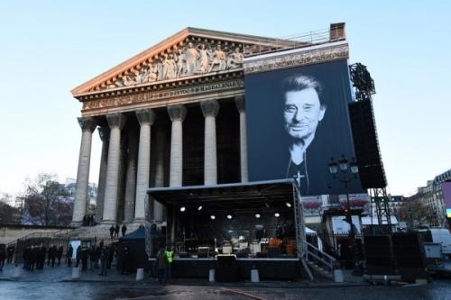 7791339401_un-portrait-geant-accroche-sur-la-facade-de-l-eglise-de-la-madeleine-le-9-decembre-2017-600x400.jpg