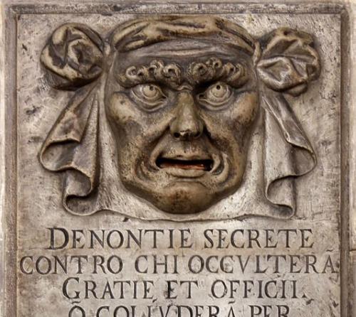 532px-Bouche_de_dénonciation_-_Palais_des_Doges-532x475.jpg