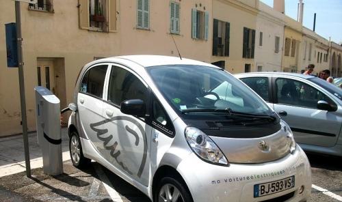 800px-Voiture_électrique_Peugeot_en_rechargement_-Nice-800x475.jpg