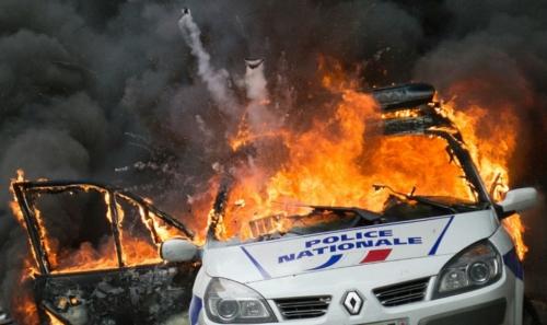 877529-un-sixieme-suspect-arrete-dans-l-enquete-sur-l-attaque-et-l-incendie-d-une-voiture-de-police-le-18-m1.jpg