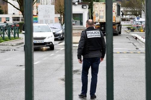 7792829689_des-policiers-presents-devant-la-caserne-de-varces-en-isere.jpg