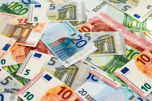 tas-de-différents-euro-billets-de-banque-48672794.jpg